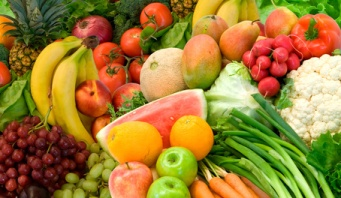 best food for healthy skin, a selection of fruits and vegetables