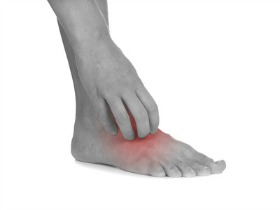 scratching an itchy foot rash or athletes foot